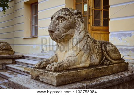 Sculpture of a reclining lion on the square at the Pavlovsk Palace