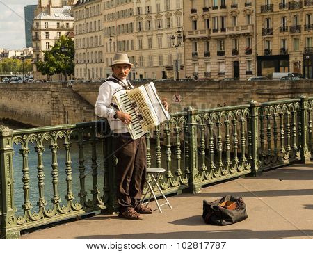 The street musician neat Notre Dame cathedral.
