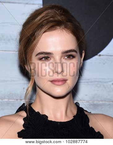 LOS ANGELES - SEP 24:  Zoey Deutch arrives to the Go90 Sneak Peek  on September 24, 2015 in Hollywood, CA.