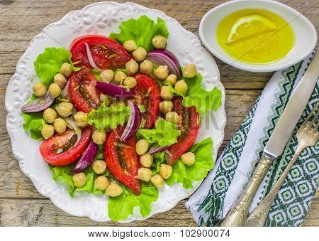 Salad of chickpeas with vegetables and lemon dressing