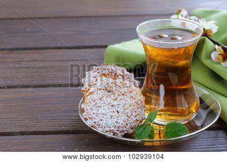 Turkish tea with a mini biscuits cupcake