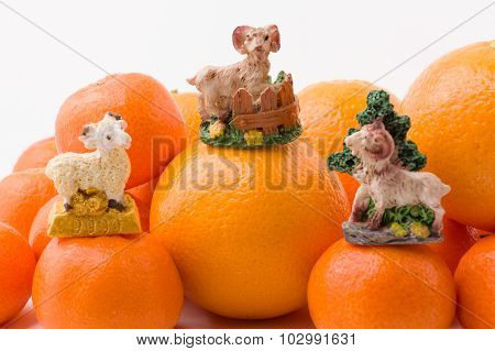 Hill Mandarin With Figurines