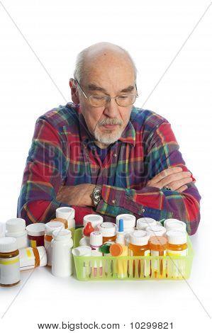 homem sênior com garrafas de droga