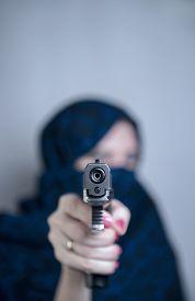 pic of yashmak  - Woman suicide paranzhe shoots a gun photo studio  - JPG