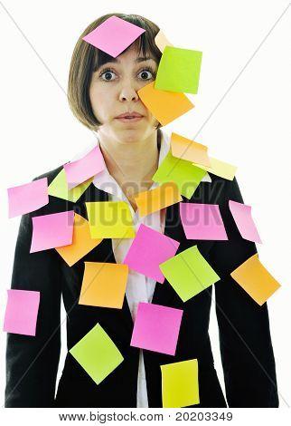 uma mulher de negócios jovem frustrado com muitos dos post representando conceito memória e frustração em