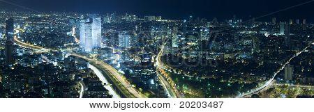 Panorama auf die Skyline der Stadt von Tel Aviv in der Nacht, Israel