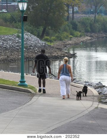 Paar mit Hunden