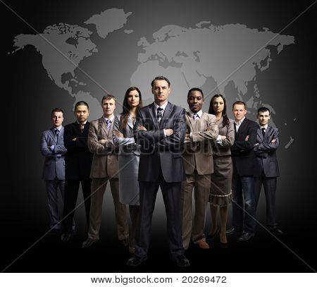 Empresários de pé na frente de um mapa da terra