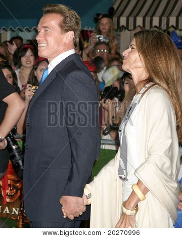 "LOS ANGELES - 14 de JUN: Arnold Schwarzenegger, Maria Shriver no ""Piratas do Caribe: Dead M"