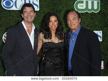 LOS ANGELES - 11 de outubro: Jerry o ' Connell, Jurnee Smollett & James Belushi chega à imprensa de Verão