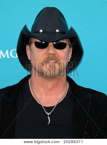 LAS VEGAS - APR 18:  Trace Atkins arrives at the 45th Academy of Country Music Awards  on April 18, 2010 in Las Vegas, NV