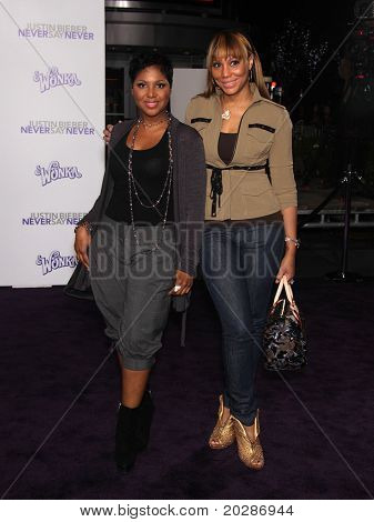 LOS ANGELES - FEB 09:  TONI BRAXTON & SISTER arrives to the