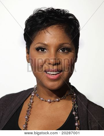 LOS ANGELES - FEB 09:  TONI BRAXTON arrives to the