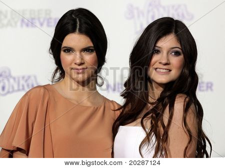 LOS ANGELES - FEB 09:  KYLIE JENNIFER & KENDALL JENNER arrives to the