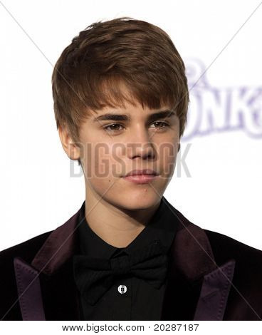 LOS ANGELES - FEB 09:  JUSTIN BIEBER arrives to the