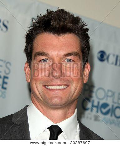 LOS ANGELES - 05 de JAN: Jerry O'Connell chega na sala de imprensa do povo escolha Awards 2011