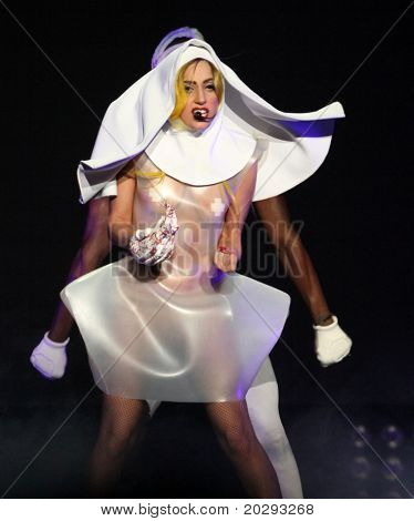 LOS ANGELES - 28 de MAR: Lady Gaga realiza en el Staples Center en marzo 28,2011 en Hollywood, CA