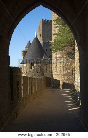 Carcassonne Schloss durch Torbogen