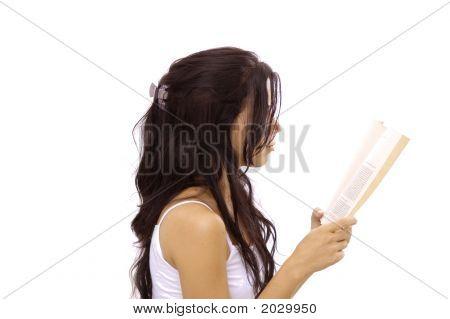 Muchacha leyendo un libro