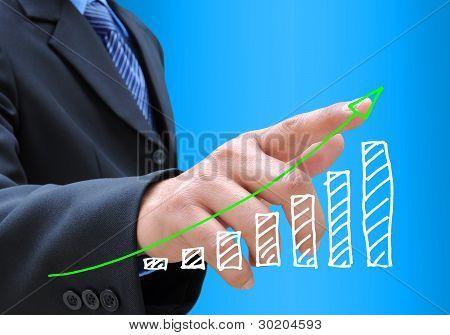mão de empresário empurrando um gráfico de negócios em uma interface de tela de toque