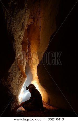 Höhle Durchgang mit einem Höhlenforscher