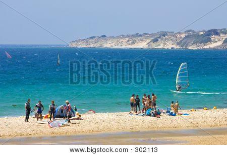 Personas en la concurrida playa de kitesurf de activos en España