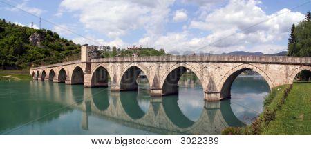 Puente de piedra sobre el río Drina, Bosnia