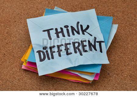 Creo que el concepto diferente - frase motivacional en una pila de notas adhesivas contra tablón de corcho