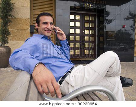 Sorridente empresário latino-americano, falar ao telefone