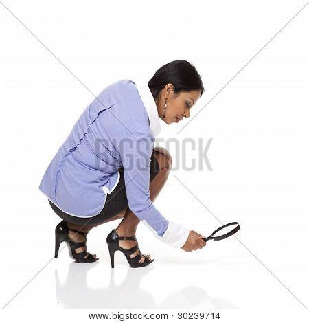 geschäftsfrau Latina mit Lupe