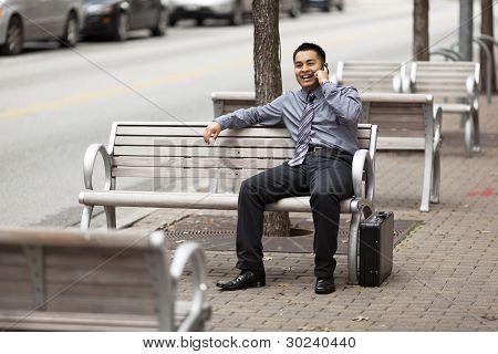 Empresário hispânico - bate-papo no celular