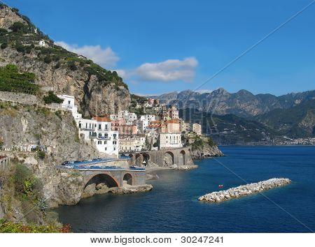 Vista de Atrani en Costa de Amalfi