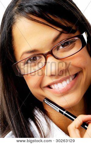 lächelnd hält einen Stift mit geeky Brille gemischte Abstammung