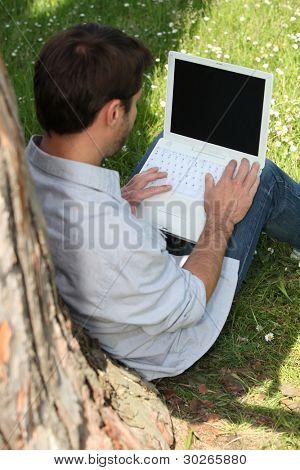 Man with a Laptop unter einem Baum