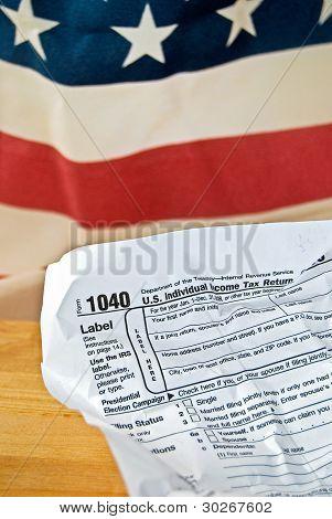 formulario de impuesto sobre la renta arrugada