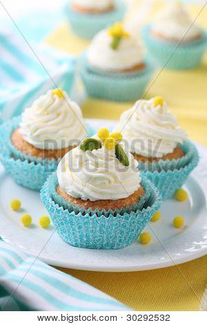Постер, плакат: Красивые кексы с сливок и сахара украшения , холст на подрамнике