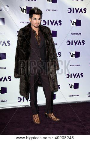 LOS ANGELES - DEC 16: Adam Lambert Ankunft der VH1 Divas Konzert 2012 im Shrine Auditorium auf D