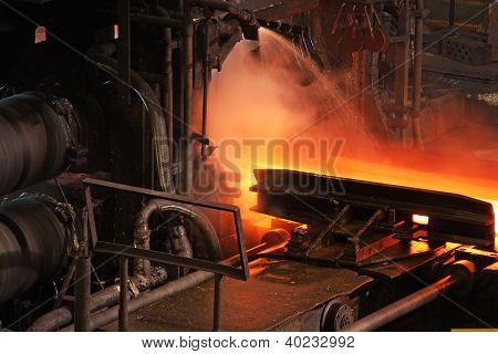 Laminación en caliente de acero.