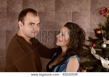 Casal amoroso abraçando, férias de Natal