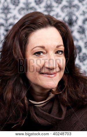 Sonriendo la media de edad a mujer morena