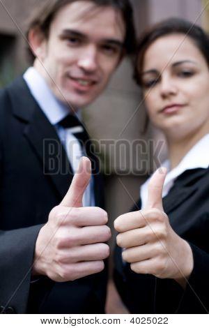 Gente de negocios los pulgares para arriba