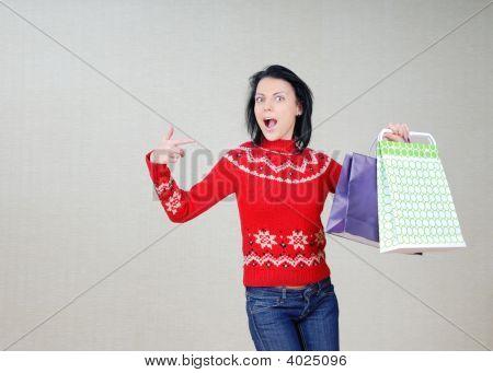 Mulher mostrando os sacos com presentes