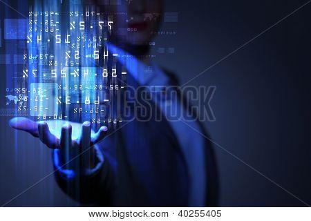 Empresária com símbolos financeiros provenientes de sua mão