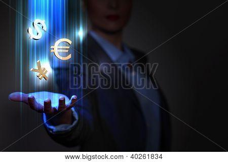 Mujer de negocios con símbolos financieros alrededor de