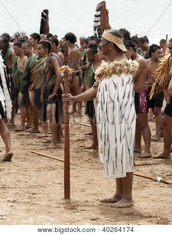 Maori Chief inmitten Maori während einer Haka