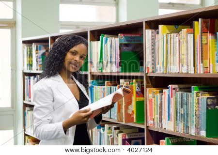 College Student In bibliotheek