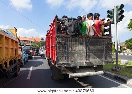 BALI - 13 DE FEVEREIRO. Trabalhadores viajam de caminhonete, em 13 de fevereiro de 2012, em Bali, na Indonésia. A maioria dos wor