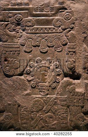 Antigua talla de piedra maya