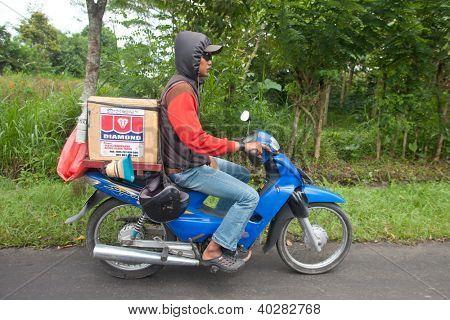 BALI - 22 DE JANEIRO. Homem balinesa, transporte de mercadorias em bicicleta em Bali em 22 de janeiro de 2012 em Bali, Indonesi