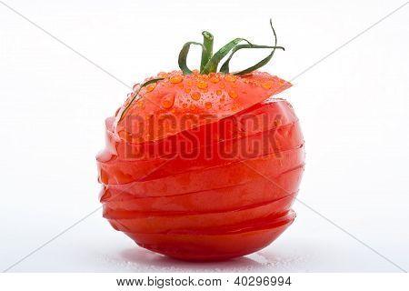 Saftige Tomate In Scheiben Mit Tropfen Isoliert Vor Weissem Hintergrund